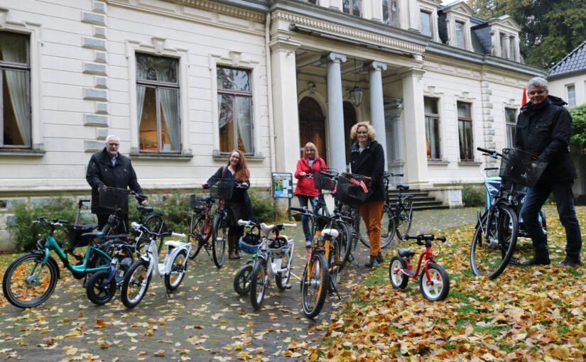 Fahrräder bedeuten mehr Unabhängigkeit – Lions Clubs übergeben Spende an Frauen- und Kinderschutzhaus